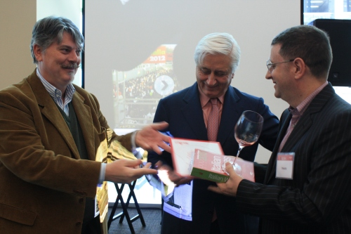 Chef Pino Posteraro receives award from executives of Gambero Rosso , Marco and Gigi